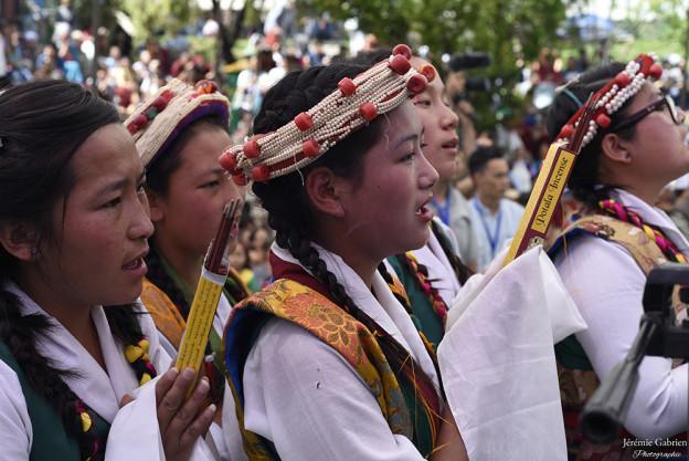Enfants presents pour l'anniversaire du Dalai Lama