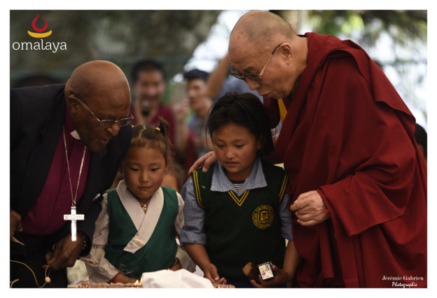 Le Dalai Lama et Desmond Tutu soufflent les bougies du gateau