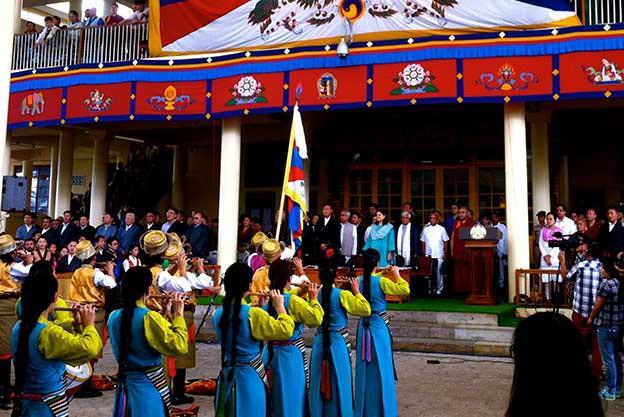 Les joueuses de flûte traditionnelle devant la tribune officielle