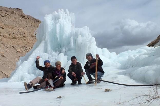élèves devant un essai de stupa de glace