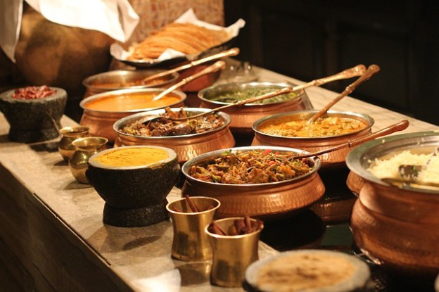 Buffet indien comprenant plusieurs spécialités.