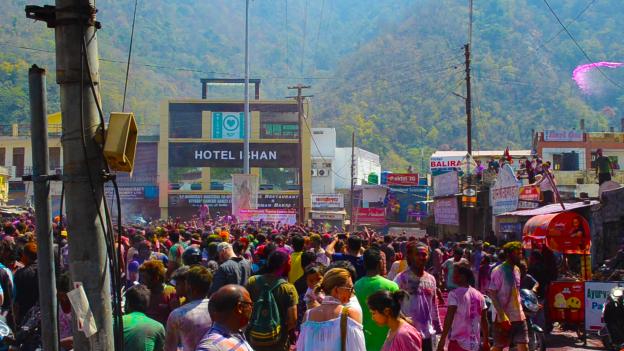 Au cœur de Holi à Rishikesh avec Omalaya