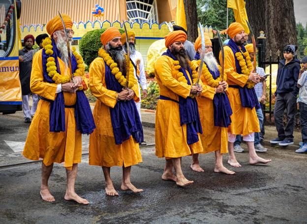 Sikhs en tenue traditionnelle