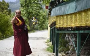 Moulins a prieres et moine a Dharamsala