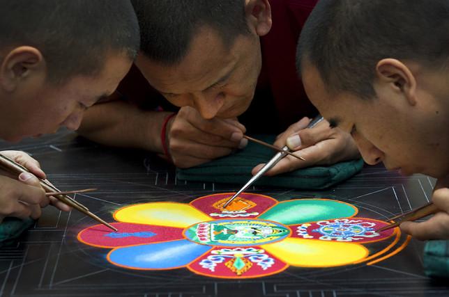Moines faisant un Mandala